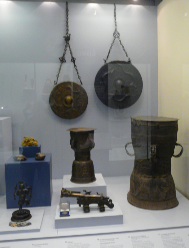Vitrine Bronze. Mokko, Gong, Miniatur Kanone