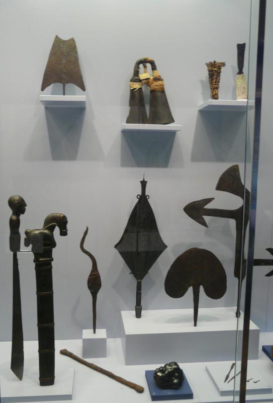 Vitrine Eisen. Wurfmesser, Hackenblätter, Eisenbarren alle aus Afrika