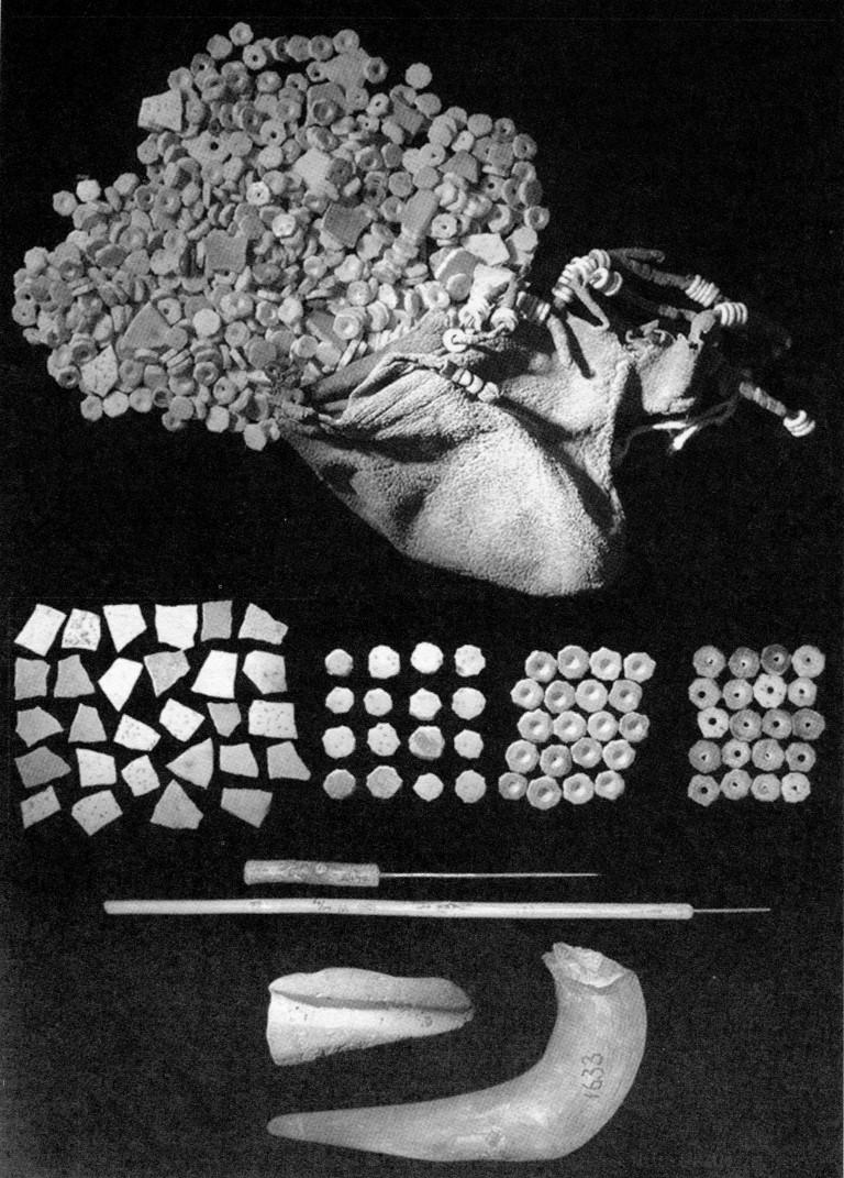 Abb.1: Die Tasche einer Khoisan Frau (oben) mit Straußenei Schalen in verschiedenen Verarbeitungsstadien (Mitte) und Werkzeugen zur Bearbeitung der Scheibchen (unten). (von L. Fourie um 1920 gesammelt; Museum Afrika in Johannesburg, aus M. Vanhaeren, 2005 S.536