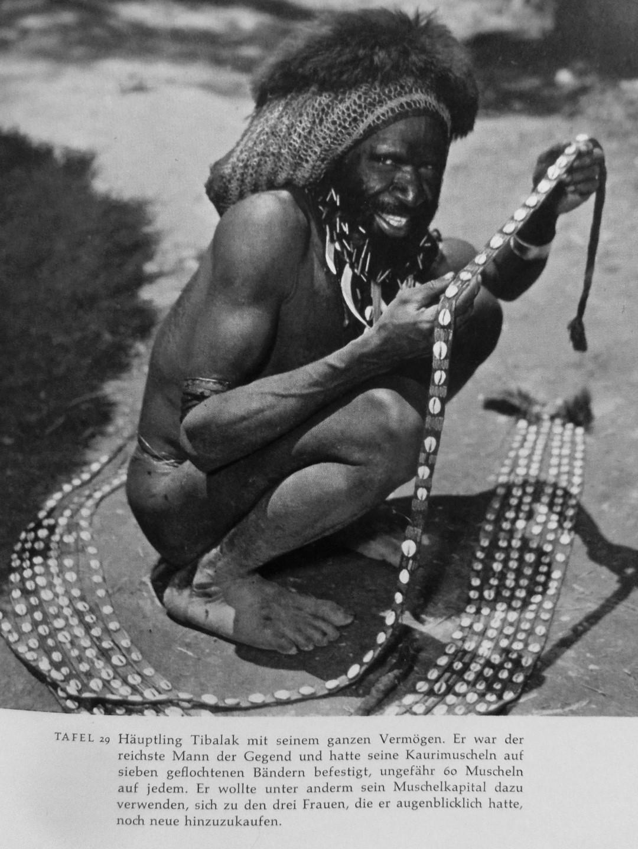 Abb. 2: Der schwedische Naturforscher Sten Bergman verbrachte 1957 einige Monate bei den Dani in Kadubaka im Swart Valley = Konda Valley. Das ist identisch mit Karubaga, in dessen Nähe die Anthropologin Denise O´Brien (1969) in den Jahren 1961/63 insgesamt 18 Monate forschte Auch sie berichtet von Häuptling Tibalak und dass die Bewohner sich an Bergman erinnerten. (Bergman, Mein Vater, der Kannibale, 1961, Tafel 29)